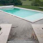 Plage de piscine et terrasse en pierre naturelle
